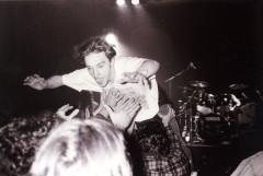 """Chuck en plein """"slam"""" pendant le concert des Hard-Ons le 9 octobre 1993, salle Latreille."""