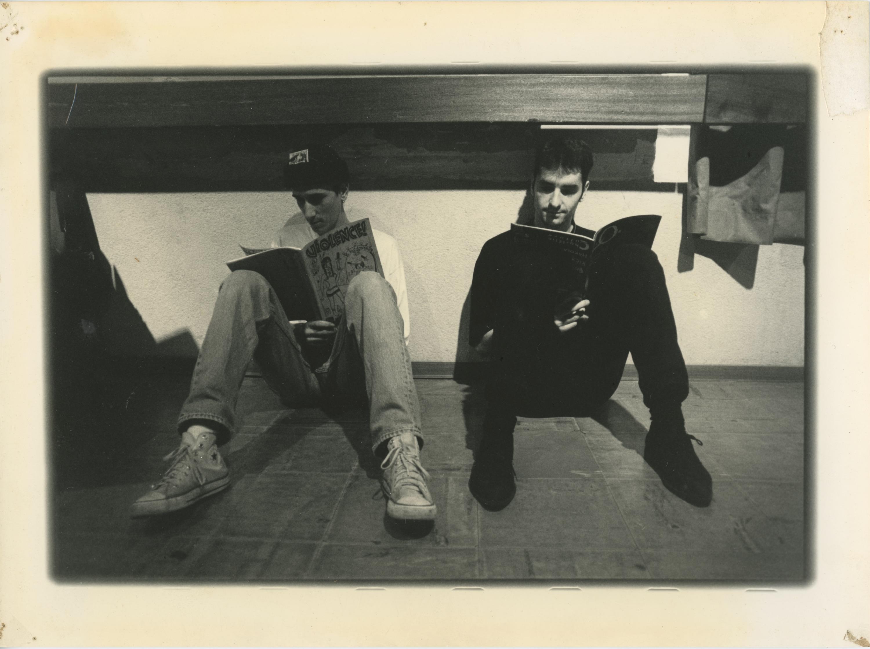 Deux lecteurs de fanzines patientent avant un concert salle Latreille à Tulle - Photo William Debois