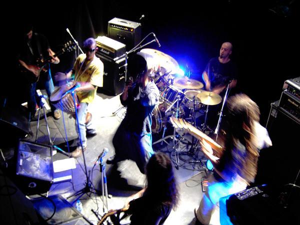 Les Têtes d'Ouf en concert à la Fourmi à Limoges, décembre 2008 - source Myspace du groupe.