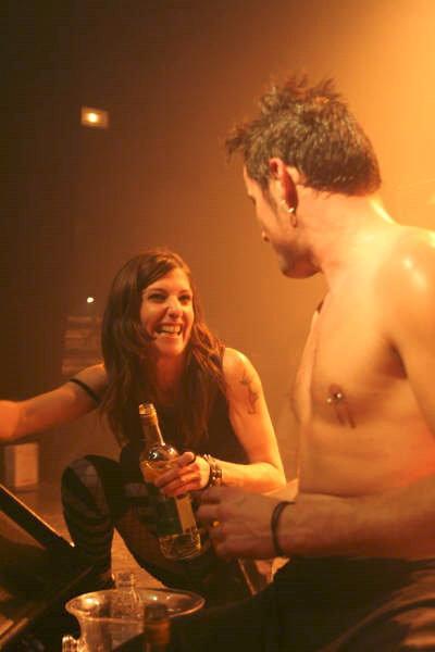Distribution de vodka pendant le concert à Des Lendemains Qui Chantent en première partie de Parabellum - Source Myspace du groupe