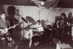 Le groupe N'Mators dans leur studio<br /> de répétition, 1990.