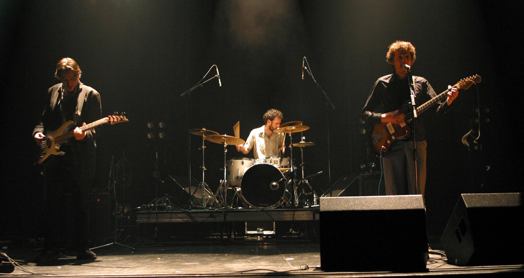 Sébastien Chadelaud sur la scène Des lendemains Qui Chantent en 2005 avec Pornboy en trio. Photo Jacky Chevrier.