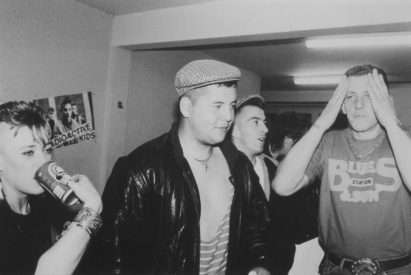 Moment convivial lors du concert organisé le 6 mai 1988 avec Real Cool Killers, Mord'hum solution et Radioactive Kids. Archives Rock à la Grange
